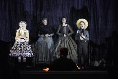 Najmłodsi bohaterowie opery wraz z Mrs Grose i Guwernantką (Gosha Kowalinska i Aleksandra Wiwała)