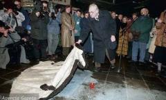 Анджей Вайда  открывает мемориальную плиту Збигневу Цибульскому
