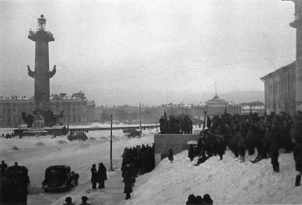 Жители Ленинграда у здания биржи встречают известие о снятии блокады города. Январь 1944 г