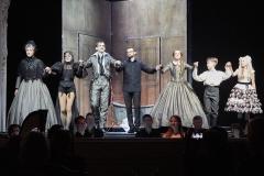 Śpiewacy Opery na Zamku w Szczecinie wraz z dyrygentem, Jerzym Wołosiukiem
